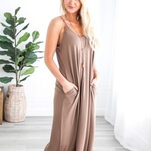 Dresses & Skirts - NWT Mocha Adjustable Strap Maxi with pockets